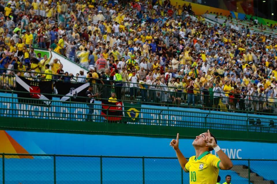 João Peglow durante mundial sub-17 comemorando um gol com a torcida