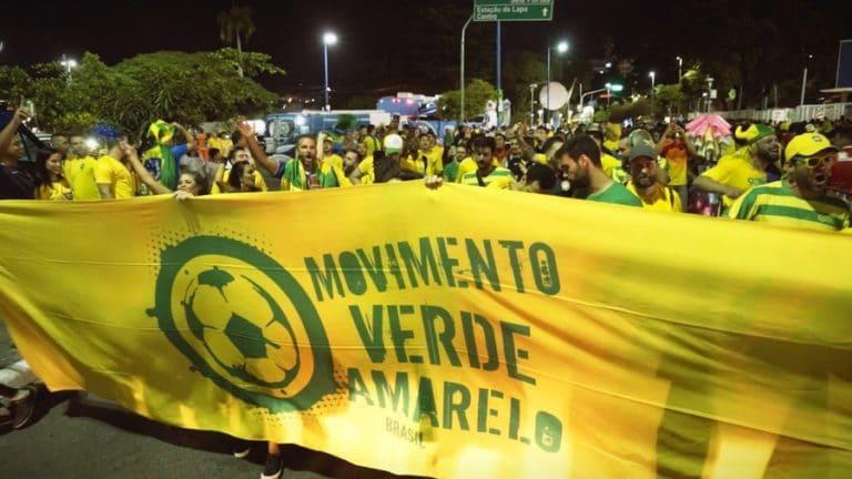 Membros do MVA seguram faixa amarela com logo do Movimento Verde Amarelo