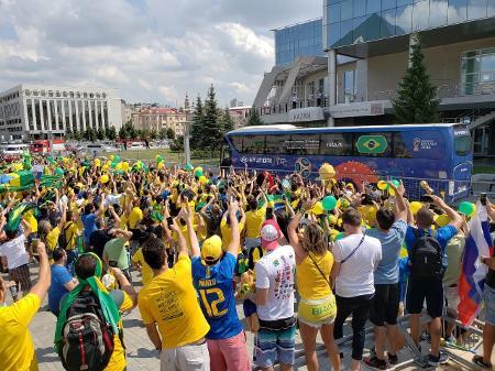 Ônibus da Seleção Brasileira na copa da Rússia sendo recebido por torcedores.